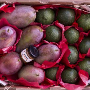 Caja de mangos y aguacates