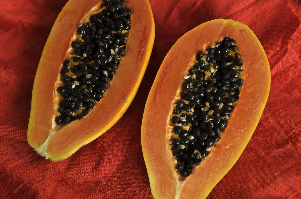 La papaya es una de las frutas tropicales con importantes beneficios sobre la salud