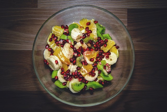 la ensalada de frutas es un plato rico, sano, con multitud de nutrientes y equilibrado