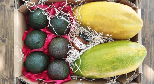 caja de papayas y aguacates