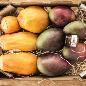 Caja de papayas y mangos